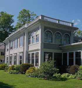 Picture of gateways Inn during the summer time